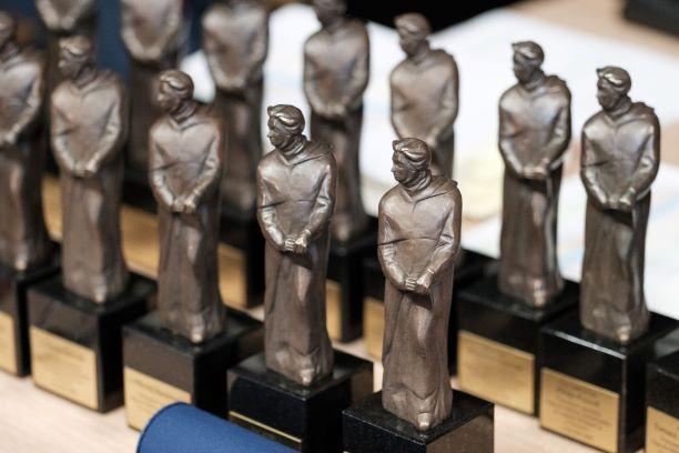 """Statuetki Nagrody """"Praeceptor Laureatus"""""""
